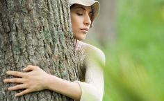 ...tetszőleges ideig öleljünk át egy fát úgy, hogy közben homlokunk,mellkasunk, és hasunk a fa törzséhez ér!Bal kezünk felfelé, jobb kezünk pedig lefelé mutasson!Azután forduljunk meg, hogy nyakszirtünk, gerincünk és lábunk is érintkezzen a törzzsel!