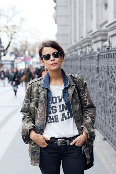 Totally been wanting a camo jacket Camo Fashion, Military Fashion, Womens Fashion, Military Shirt, Style Fashion, Mode Ootd, Camo Jacket, Field Jacket, Vogue