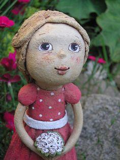 Malá družička (na objednávku) keramická figurka, výška 20 cm. Na objednávku do měsíce. Clay People, Paper Mache, Ceramic Art, Crow, Garden Sculpture, Little Girls, Pottery Ideas, Dolls, Christmas Ornaments