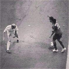 Ronaldinho with Zidane Football Is Life, World Football, Football Soccer, Ronaldo Football, Football Shirts, Good Soccer Players, Football Players, Steven Gerrard, Premier League