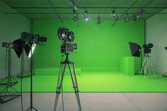 Modern empty green photo studio with old style movie camera Render 3d Studio, Studio Room, Film Studio, Studio Setup, Chroma Key, Tv Set Design, Radio Design, Virtual Studio, Movie Camera