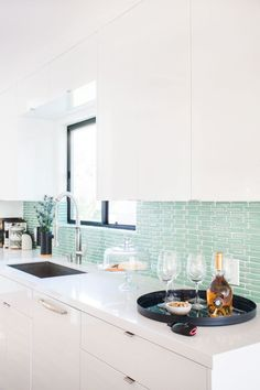 Turquoise kitchen wall tile: http://www.stylemepretty.com/living/2016/06/24/this-bright-modern-la-home-is-giving-us-all-the-beach-vibes/ | Photography:Tessa Neustadt