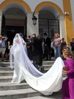 La novia llegó al templo del brazo de su padre y padrino con un bonito diseño de Roberto Diz de manga larga, cuello barco, espalda descubierta y larga cola