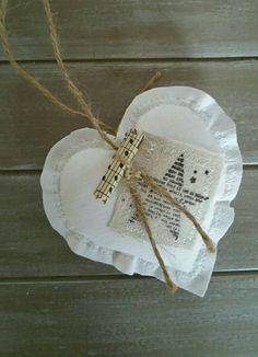LOT DE 2. Ce coeur en tissu blanc naturel cosy à suspendre donnera un ton rustique à votre décoration. Ce coeur en tissu pourra trouver place accroché à vos fenêtres, portes, placards, vases, sapins de noël. Il pourra servir de complément pour agrémenter un cadeau danniversaire, de
