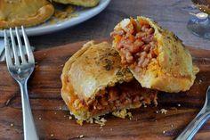 Empanadillas o empanadas de boloñesa caseras Empanadas, Burritos, Salmon Burgers, Apple Pie, Ethnic Recipes, Desserts, Food, Ground Beef Recipes, Strawberry Mousse