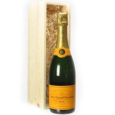 Vueve Clicquot Brut Yellow Label champagne in an accompanying wooden box is sure to impress friends, family, or co-workers. Classic champagne perfect for toasting to special occassions Cheese Gift Baskets, Cheese Gifts, Gourmet Gift Baskets, All Gifts, Unique Gifts, Champagne Gift Baskets, Salmon And Shrimp, Roast Duck, Veuve Clicquot