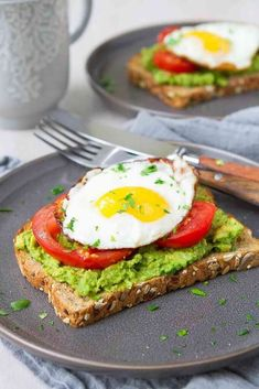 Every single morning! Packed with protein, fiber and healthy fat, avocado toast with egg and tomato is an easy and satisfying way to kick off the day! 349 calories and 3 Weight Watchers Freestyle SP recipes salad smoothie toast farci noyau recette salade Breakfast Bread Recipes, Healthy Bread Recipes, Breakfast Toast, Brunch Recipes, Avocado Breakfast, Avocado Egg Toast, Avocado With Egg, Egg On Toast, Breakfast Ideas