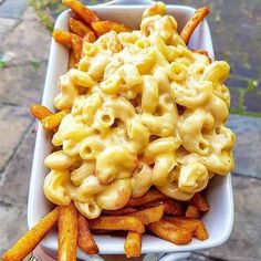 Homemade mac and cheese French fries for the win. This is a match made in heaven. Via @eastcoastfoodies and made by @toms_big_eats