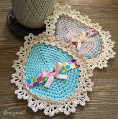 These egg shaped doilies are quick and easy to make using a mix of medium weight cotton yarn and size 3 crochet thread. There are also instructions on how to decorate them with ribbon and add a loop for hanging. Cotton Crochet, Thread Crochet, Crochet Doilies, Hand Crochet, Crochet Lace, Free Crochet, Doily Patterns, Crochet Patterns, Easter Crochet