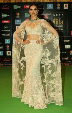 Deepika was an absolute stunner, Athiya looked like a dream and Priyanka looked kinda sorta underwhelming. Kareena Kapoor Pics, Deepika Padukone, Indian Fashion, Fashion Art, Simple Sarees, Classy Casual, Ball Gown Dresses, Red Carpet Looks, Bollywood Fashion