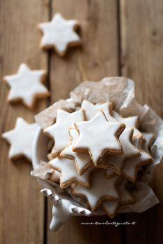 Zimtsterne: the original recipe of the Cinnamon Star Cookies (Tavolartegusto Fruit Recipes, Sweet Recipes, Cookie Recipes, Peanuts Christmas, Christmas Cookies, Cocoa, Biscotti Cookies, Star Cookies, Xmas Food