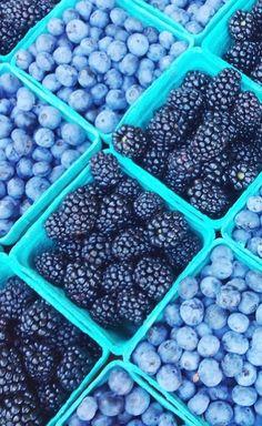 Blueberries and Blackberries Blue Aesthetic Dark, Aesthetic Colors, Aesthetic Collage, Aesthetic Food, Summer Aesthetic, Image Bleu, Everything Is Blue, Bleu Pastel, Azul Tiffany