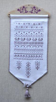 """Bannière """"Lavandine"""" et son cintre en hêtre avec fleurs violettes appliquées Vendue entièrement brodée et terminée. Dimensions de la bande + le cintre + pompon : 20 x 43 cm environ (voir détails plus bas)"""