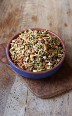 Healthy & delicious Quinoa & Bean Sprout salad with a spicy asian inspired dressing! Vegan + gluten free