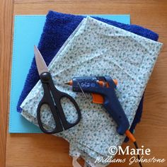 materials to make a portable table top ironing board glue gun scissors towels fabric placemat Clean Bath Towels, Old Towels, Craft Sites, Craft Tutorials, Tabletop Ironing Board, Ironing Pad, Diy Table Top, Small Sewing Projects, Sewing Table