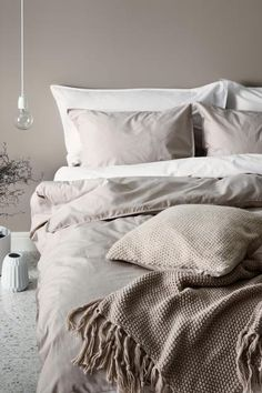 Double duvet set in fine-threaded cotton in 30s yarn with a thread count of 144. Two pillowcases.