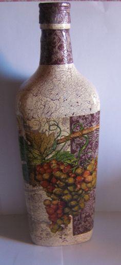 Botella craquelada y decorada con racimo de uvas. ♡