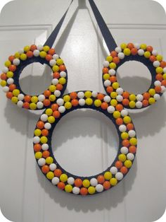 Easy fall crafts: We love these M&M's Halloween crafts ideas. Choose from a cute Mickey Mouse-inspired wreath, a candy vase or a sweet frame Mickey Halloween Party, Disney Halloween, Halloween Candy Crafts, Candy Corn Crafts, Cute Halloween, Halloween Decorations, Halloween Ideas, Halloween Wreaths, Mickey Party