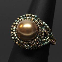 Antique Brass Beaded Ring, modelo de Maria Teresa Ferreira, em Beadwork Magazine.