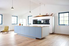 deVOL has launched a line of retro contemporary kitchens that were inspired by vintage auto construction, hulls of boats, and the iconic Airstream caravan. Devol Kitchens, Kitchen Showroom, Contemporary Kitchen Design, Modern Retro Kitchen, Kitchen Worktop, Kitchen Island, Kitchen Decor, Kitchen Ideas, Kitchen Designs