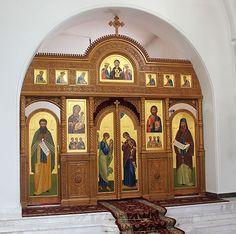 Иконостасы в соборе Преображения Господня в Калужской Свято-Тихоновой пустыни.