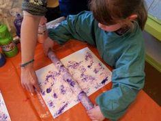 Le rouleau de papier alu. 15 techniques et astuces de peinture que vous allez adorer tester avec vos enfants