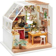 DIY minihuone KEITTIÖ. Materiaalipakkaus (puuta, kangasta, paperia, muovia ja metallia) minihuoneen kokoamiseen ja sisustamiseen. Kaikki tuotteet ovat hyvälaatuisia ja hienosti detaljoituja.