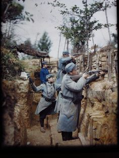 Albert Kahn's photographers visited the trenches and took Autochrome color images of French soldiers just days before the Battle of the Somme in 1916. More than 1,000,000 men were to beto wounded or killed there.