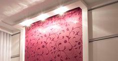 O papel de parede vinho foi realçado pela iluminação embutida no forro, e painéis em laminado branco (modulados Finger) nas laterais. Mesa l...