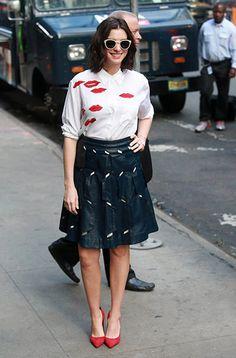 アン・ハサウェイ、やっぱり外さない白シャツ×レザースカートのスタイルで [T-SITE]