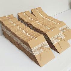 Invitaciones vintage para boda. Hermoso detalle con encaje y lazo con cuerda para tag con nombre de invitado