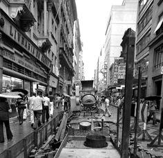 A implantação do calçadão na Rua da Praia, Porto Alegre, 1975. A retirada dos paralelepípedos em frente à Livraria do Globo. Foto: Carlos Rodrigues.