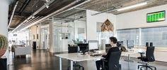 Una oficina con aire industrial, mucho cristal y madera http://www.decoesfera.com/varios/una-oficina-con-aire-industrial-mucho-cristal-y-madera