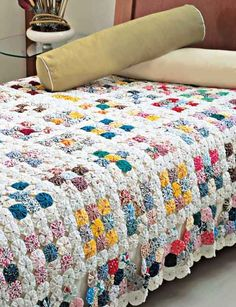 Discover thousands of images about Como fazer almofada de fuxico passo a passo Granny Square Crochet Pattern, Crochet Blanket Patterns, Quilt Patterns, Crochet Fabric, Crochet Quilt, Yo Yo Quilt, Hand Knit Blanket, Bed Covers, Quilting Projects