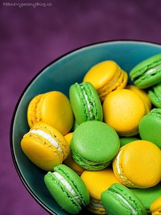 Pistáciové a citronové makronky - Pistachio and lemon macarons www.peknevypecenyblog.cz Cupcakes, Pavlova, Macaroons, Christmas Cookies, Mango, Lemon, Food And Drink, Baking, Fruit