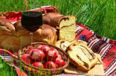 Traditional red parsley leaf painted eggs, homemade pound cake with nuts and turkish delight filling and red wine - traditional romanian cooking for Easter Catholic Easter, Homemade Pound Cake, Romanian Food, Turkish Delight, Traditional Decor, Egg Hunt, Easter Eggs, Picnic, Good Food