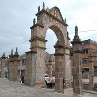 Arco Deustua Puno Construido en piedra labrada por el pueblo puneño en memoria de los patriotas que lucharon por la Independencia del Perú.