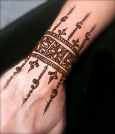 125 Stunning Yet Simple Mehndi Designs For Beginners Mehndi Designs For Beginners, Simple Mehndi Designs, Mehndi Designs For Hands, Geometric Designs, Mehndi Tattoo, Henna Tattoo Designs, Arm Tattoo, Sleeve Tattoos, Tattoo Ideas