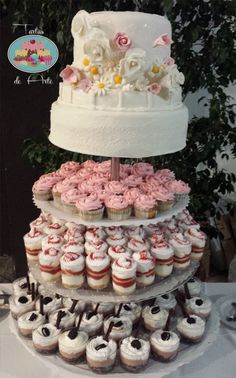 Wedding cake with desserts / Tarta de Boda con postres  Brownie with nutella cream and oreo Cheesecake dessert Rose cupcakes  #tartasdearte #brownie #nutella #weddingcake #cheesecake #cupcake #cake #fondantcake #flowers