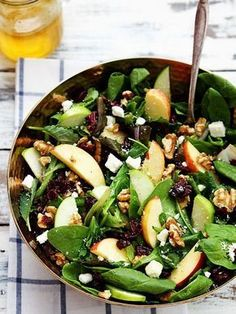 Salade pommes et noix Cette salade est idéale pour les petites faims ou en repas léger du soir après un déjeuner copieux. Découpez une ou deux pommes en quartiers, puis mélangez-les à des pousses d'épinard. Ajoutez un peu de feta, des noix et quelques cranberries séchées (qui ont des grandes vertus antioxydantes, donc excellentes pour la santé).