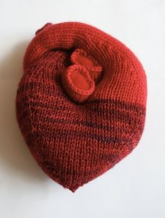 A warm and embracing knitted heart pattern created by Kristin Ledgett from Knitty. Find the free knitted heart pattern here: link Knitting Patterns Free, Knit Patterns, Free Knitting, Free Pattern, Start Knitting, Fun Patterns, Knitted Heart Pattern, Heart Pillow, Heart Cushion