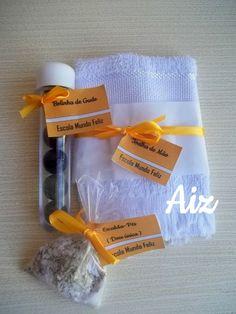 Kit Relaxante para as Madrinhas! Toalhinha branca, escalda-pés de erva doce com alecrim, e bolinhas de gude para massagear.