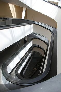 de trap in een organische vorm die helemaal naar beneden loopt