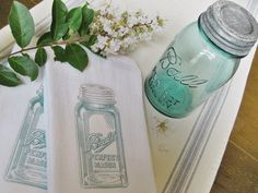 Easy Mason Jar Tea Towels - Who doesn't love Mason jar crafts? Here's a way to add that same wonderful country icon to your tea towels...and it's super easy and…