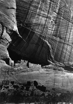 I ruderi di alcune abitazioni degli indiani Anasazi, nel Canyon de Chelly, in Arizona.