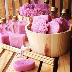 Could make soap natural. Homemade Soap Bars, Homemade Soap Recipes, Soap Packing, Decorative Soaps, Soap Display, Soap Shop, Soap Favors, Beauty Soap, Craft Show Displays