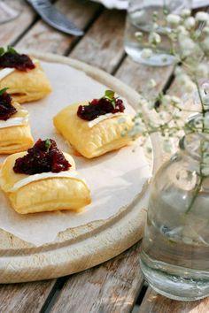 Luftige Blätterteigwölkchen mit Géramont und Preiselbeer-Chutney - Kochkarussell.com