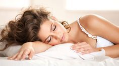 Abends mit glatten Haaren ins Bett gehen und morgens mit tollen Wellen aufwachen? Klappt wirklich! Mit Flechten, Wickeln, Eindrehen: Wir zeigen, wie's geht