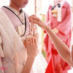 コーディネートの風景。  沢山の着物や小物から、お似合いになる組み合わせを選ぶ作業はとてもワクワクするもの。  #CUCURU  #CUCURUBRIDAL #南青山#weddingdecoration#オリジナルウエディング#originalwedding#kimono#着物#和装#プレ花嫁#結婚式#wedding#japan#色打掛#前撮り#花嫁着物#instapic#フォトウエディング#日本#ウエディングドレス#可愛い#ヘアメイク#happy#和婚 #角隠し #伝統 #引き振袖 #白無垢