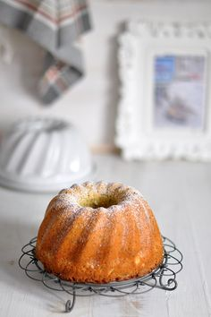 Recipe of orange and poppy seeds bundt cake. Vintage pan. Bundt cake de naranja y semillas de amapola en molde vintage.